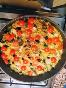 Reis-Pfanne-Hähnchen,Tomate und schwarzer Knoblauch