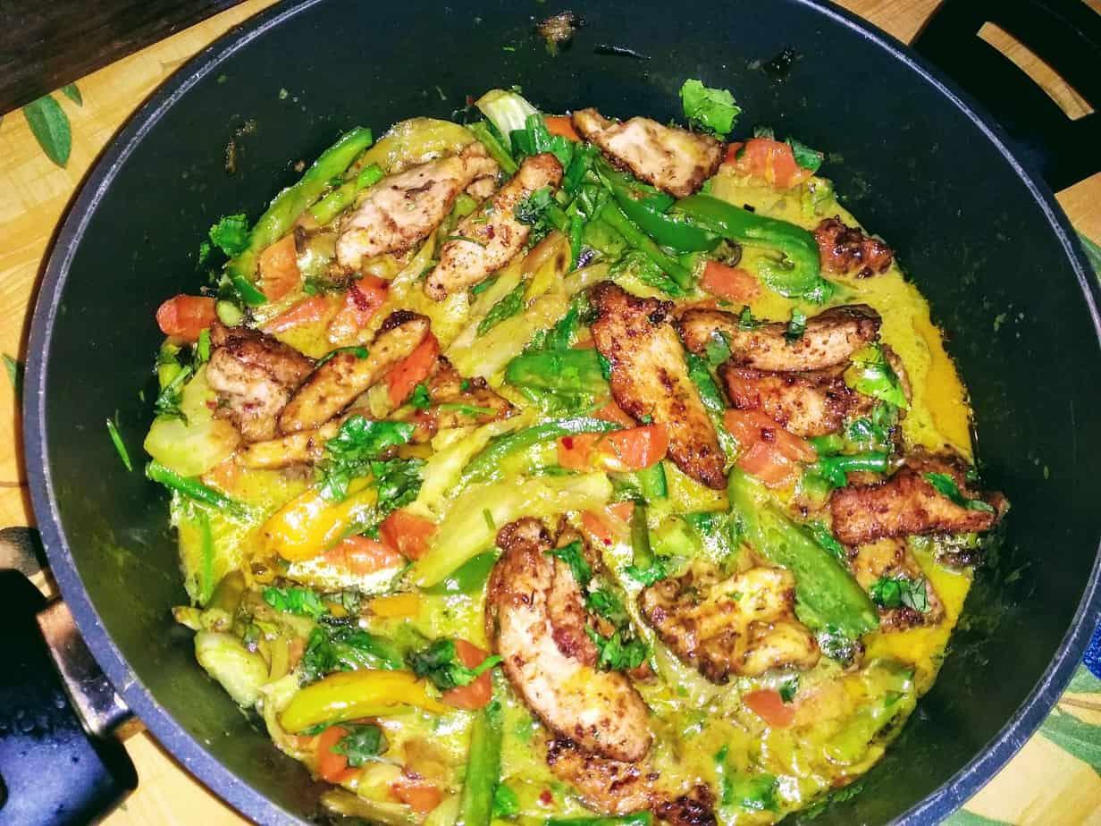 Read more about the article Gemüse Curry mit knusprigen Hähnchenbruststreifen